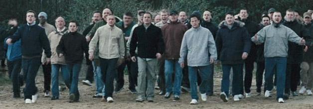 Hooligans machen sich zum großen Kampf bereit.