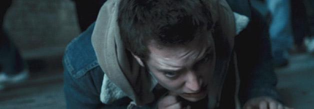 Elijah Wood am Boden: Der Journalistikstudent erliegt in Hooligans dem Reiz der Gewalt.