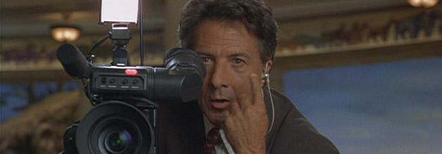 Journalist Max Brackett schiebt die Geschichte von Mad City gehörig an. Hier steht er selbst hinter einer FIlmkamera.