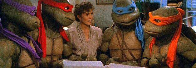 Eine Szene aus der Realverfilmung von 1990: April O'Neil lädt zum Pizzaessen mit den Hero Turtles.