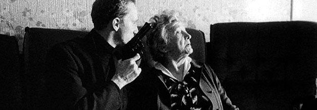 Eine Szene aus dem Film Mann beißt Hund: Ben bei der Ausübung seines Berufs. Oma muss gleich dran glauben.