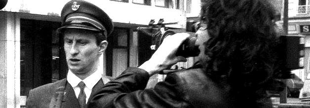 Eine Szene aus dem Film Mann beißt Hund: Killer Benoit wird von einem Kamerateam begleitet.