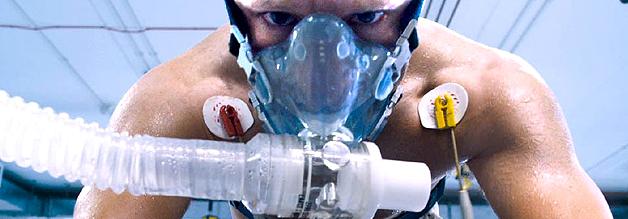 Ein Szene aus dem Film The Program: Lance Armstrong strampelt im Drogenlabor davon - auch vor den Recherchen von David Walsh.