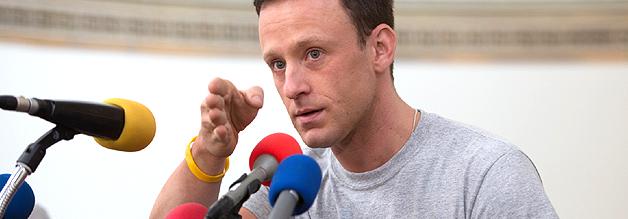 Szene aus dem Film The Program: Lance Armstrong auf dem Podium stellte sich den kritischen Fragen von David Walsh.
