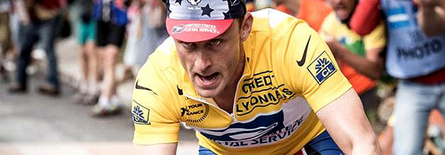 Szene aus dem Film The Program: Der ehrgeizige Lance Armstrong biegt auf die Zielgerade ein.