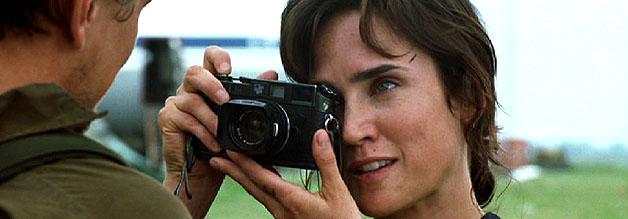 Eine Szene aus dem Film Blood Diamond: Es gibt ein Erinnerungsfoto zum Abschied. Journalistin Maddy Bowen fotografiert Diamantenschmuggler Danny Archer.