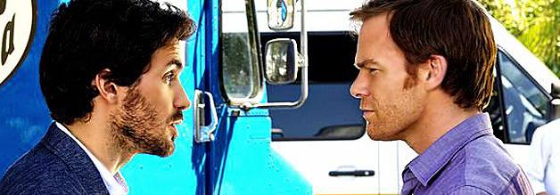 Das Foto zeigt den Journalisten Sal Price aus der Serie Dexter. Hier ist er im Zwiegespräch mit der Hauptfigur Dexter Morgan zu sehen.