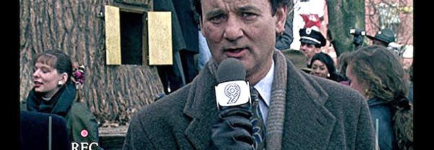 Szene aus dem Film Und täglich grüßt das Murmeltier: Phil Connors bereichtet live vom Murmeltiertag!