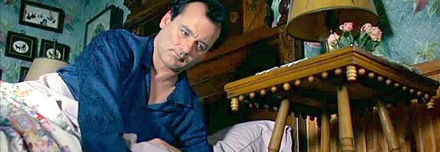 Szene aus dem Film Und täglich grüßt das Murmeltier: Phil Conners steht mit dem falschen Fuß auf - und erlebt den gleichen Tag immer wieder und wieder.