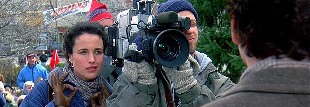 Szene aus dem Film Und täglich grüßt das Murmeltier: Philconnor und sein Filmteam, bestehend aus Aufnahmeleiterin Rita und Kameramann Larry.