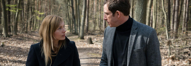 Polizistin Karin Wegemann beim konspirativen Austausch mit Journalist Mark Fellner.