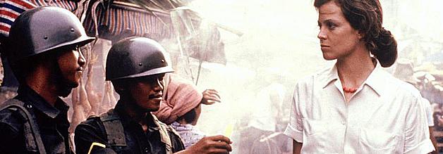 Eine Szene aus dem Film Ein Jahr in der Hölle: Sigourney Weaver spielt eine britische Botschaftsangehörige. Sie und unser Protagonist Hamilton verlieben sich ineinander. Das Timing könnte besser sein.