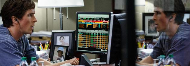 Eine Szene aus dem Film The Big Short - Michael Burry (Christian Bale) entdeckt Löcher im Immobilien-Hypotheken-System.
