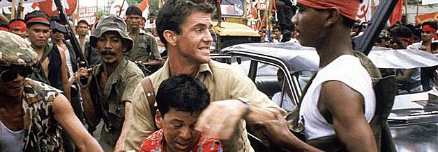 Eine Szene aus dem Film Ein Jahr aus der Hölle: Während seine Kollegen an keiner ernsthaften Aufbereitung der indonesischen Verhältnisse interessiert sind, begeben sich Hamilton und Kwan immer wieder in kritische Situationen.