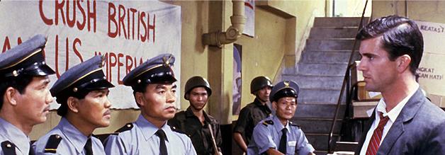 Szene aus dem Film Ein Jahr aus der Hölle: Guy Hamilton (Mel Gibson) ist neu im Land - und stößt schnell auf Barrieren. Die fesche Korrespondentennummer zieht nicht.
