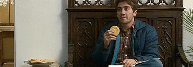 """Szene aus dem Film Zodiac - Die Spur des Killers: ...Robert Graysmith (Jake Gyllenhaal) ist der """"verdammte Pfadfinder"""", der nicht trinkt und nicht raucht."""