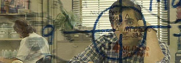 Transparenzprobleme im Tierkreiszeichen. Robert Graysmith (Jake Gyllenhaal) grübelt? Wer ist wohl der Zodiac-Killer. Eine Nation grübelt mit - und wundert sich über das Gebaren mancher Medien. Bild: Warner Bros.