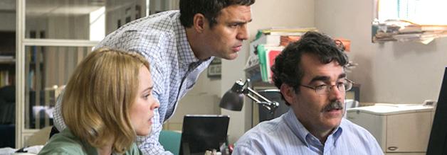 Alle an einem PC: Matt Carroll (rechts) ist ein Datenjournalist. Der echte Matt Carroll wird später sein Wissen an den Nachwuchs weitergeben.