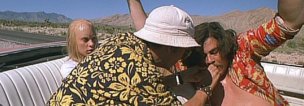 Seeiin Aaaanwaaalt bricht zusammen - und das ausgerechnet mitten im Fledermausland. Fear and Loathing in Las Vegas basiert auf dem drogengeschwängerten Erlebnisbericht des Gonzo-Journalisten Hunter S. Thompson. Bild: Universal Pictures.
