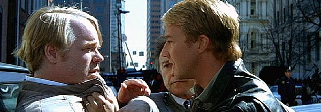 Journalisten sind nicht besonders beliebt - vor allem Freddy Lounds nicht. Jack Crawford (im Hintergrund) müht sich, Will Graham davon abzuhalten, ein paar Reporterschellen zu verteilen.
