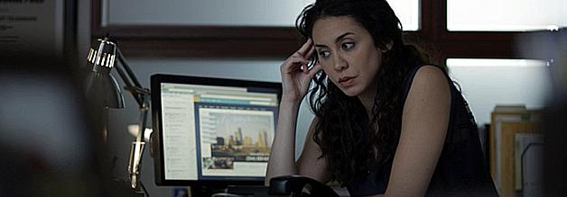 Sie kommt der Wahrheit in der dritten Staffel gefährlich nahe: Ayla Sayyad vom Wall Street Telegraph. Doch als sie ihre Schuldigkeit getan hat, wird ihr die Presseakkreditierung entzogen. Ohne Lobby schreibt sie in den luftleeren Raum.