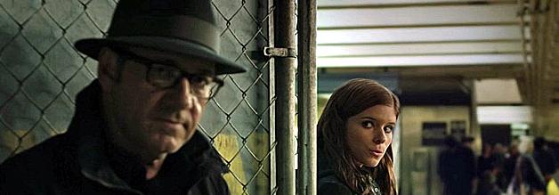 Hey Du! Willst Du eine Fünf kaufen?? - Eine Fünf??? - Pssst! Ja genauuu! Konspiratives Treffen in der U-Bahn zwischen Zoes Barnes und Frank Underwood beinahe inkognito.