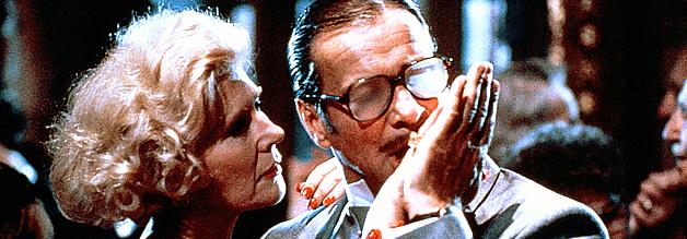 """Hermann Willié wanzt sich an die Nichte des Reichmarschalls Göring heran. """"Schmierig, das ist das richtige Wort"""", heißt es über den Schmuddelreporter in Schtonk!"""