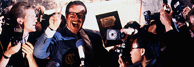 Der Triumph des Williés. Hermann Willié lässt sich für die Entdeckung der Hitler-Tagebücher feiern. Das Problem: Der Führer hat gar nicht Buch geführt. Schtonk! persifliert einen der größten, deutschen Medienskandale.