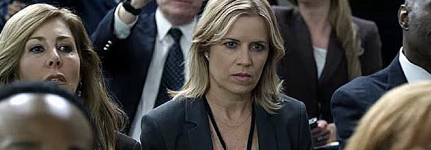 Journalistin Kate Baldwin stellt in der dritten Staffel die richtigen Fragen. Das macht Hoffnung für die vierte Staffel, die ich demnächst bingewatche. Wobei: Mit dem Kleider-Anbehalten hat es Frau Baldwin auch nicht so...