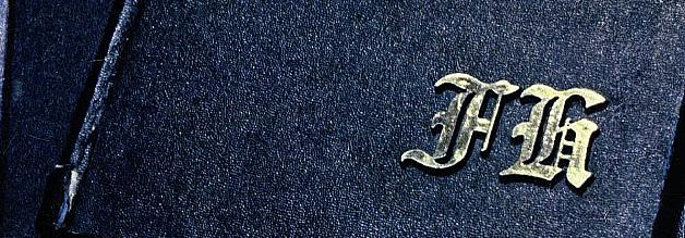 """Das ist doch eindeutig ein """"A""""! """"A"""" für Adolf! Leider nein, leider gar nicht. Kujau hat improvisiert, als er die passenden Buchstaben nicht zur Hand hatte. Sehr schön zu sehen auf diesem Ausschnitt vom Stern-Cover vom 28. April 1983."""