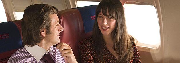 """""""Sind Sie nicht dieser Typ aus dem Fernsehen?"""" Playboy David Frost (Michael Sheen) klopft am Mile High Club an."""