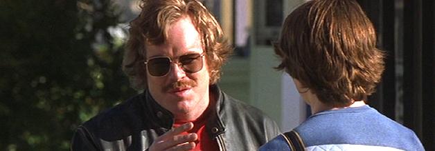 """""""Ich kann Dir nicht viel bezahlen."""" Rock 'n' Roll-Reporterlegende Lester Bangs (Philip Seymour Hoffman) bereitet den Nachwuchs auf die harten Seiten des Musikjournalismus vor!"""