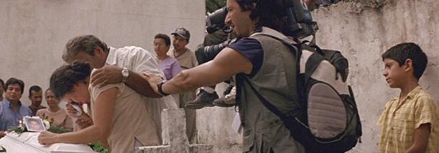 Lassen Sie mich durch, ich bin Journalist! Das, was Manolo Bonilla und sein Team in Cronicas abziehen, geht auf keine Kuhhaut. Was diesem höchst eigenwilligen Film eine interessante Note verleiht Bild: (Face)Palm Pictures.