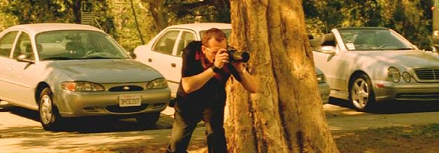 ...aber wehe, schmierige Paparazzi wie Rex Harper (Tom Sizemore, mad props für dieses Versteck übrigens) dringen in sein Privatleben ein. Dann ist Rache Blutwurst!