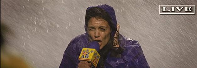 Am Ende steht Heather Holloway im wahrsten Sinne des Wortes im Regen: Die Journalistin muss für ihren beruflich motivierten Beischlaf büßen.