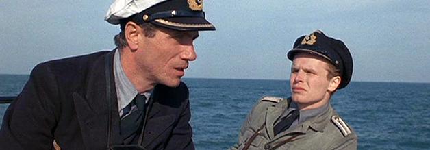 """Der Alte, das Meer und der Grünschnabel: Der Käpt`n an Bord, von allen nur der """"der Alte"""" genannt, (Jürgen Prochnow) erklärt Leutnant Werner, wie der Krieg wirklich ist."""
