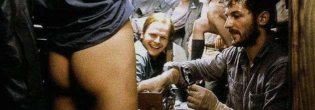 """Nackte Tatsachen: Leutnant Werner (Herbert Grönemeyer, rechts Ralf """"Kalle Grabowski"""" Richter) mittendrin im neckischen Treiben an Bord von U 96."""