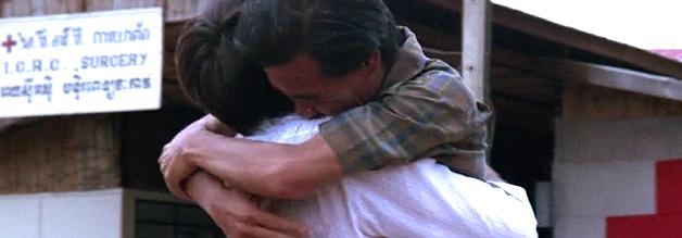 Glückliches Wiedersehen in Thailand: Die Begegnung wird auch in echt auf Bild gebannt. Im Time Magazin abgedruckt, wird der britische Produzent David Puttman auf die Geschichte aufmerksam.