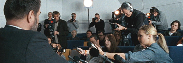 """Die versammelte Presseschar kann einpacken. Mikael Blomkvist ist der """"letzte idealistische Journalist"""" Schwedens (O-Ton Schweden-Nachrichtensprecherin in Verblendung)."""