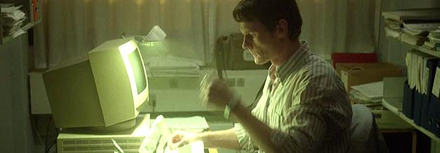 Poul Brink schlägt sich im Laufe des Films auf die Seite der erkrankten Arbeiter, sein Journalismus ist von nun an ein investigativ-anwaltschaftlicher.