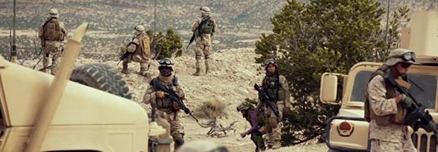 Eingebetteter Journalismus. Die Marines achten darauf, dass Kim Baker beim Pinkeln nicht der Hintern weg geschossen wird.