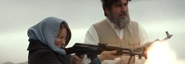 """""""Wie können wir einander kennen lernen?"""" Alfred Molina spielt einen afghanischen Politiker und ist spitz auf Kim Baker. Er muss sich mit einer Runde AK-Wettschießen begnügen."""