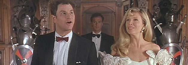 Alexander Knox und Vicki Vale entern das Wayne-Anwesen. Im Hintergrund: der Hausherr.