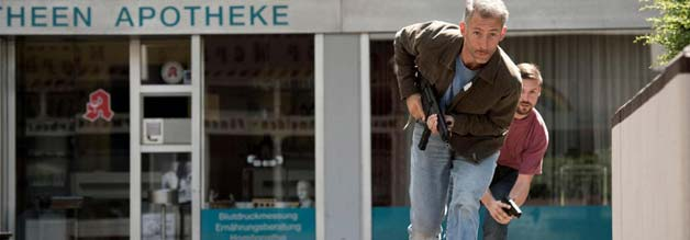 Noch ahnt niemand, welches Drama sich abspielen wird: Beamte beziehen Stellung vor der Bank in Gladbeck.