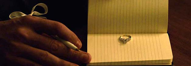 Ein Heiratsantrag während einer inoffiziellen Pressekonferenz. Wie romantisch? Von wegen. Eher ein Foreshadowing: Nick und Amy funktionieren nur im Rampenlicht als Paar.