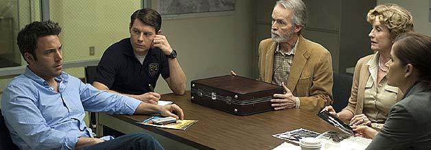 In der Mangel: Nick Dunne (links) hat es nicht leicht. Die Presse fordert seinen Kopf, die Amys Eltern und die Polizei stellen unangenehme Fragen.