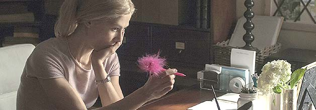 Schreiberling ohne Job: In dem Moment, in dem Nick und Amy (Rosemund Pike) ihre Profession ablegen, wird Gone Girl richtig interessant.