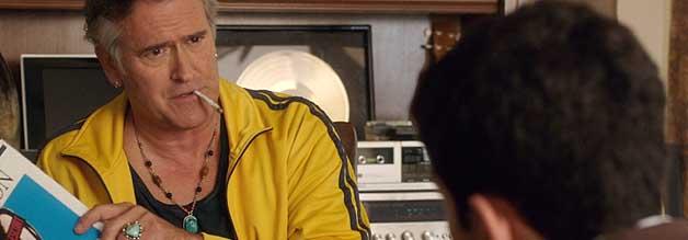 Humoristischer Lichtblick: Bruce Campbell (Tanz der Teufel) spielt den Vater von Journalist Mitch. Von dessen Berufswahl hält der einstige Erfolgssongwriter herzlich wenig.