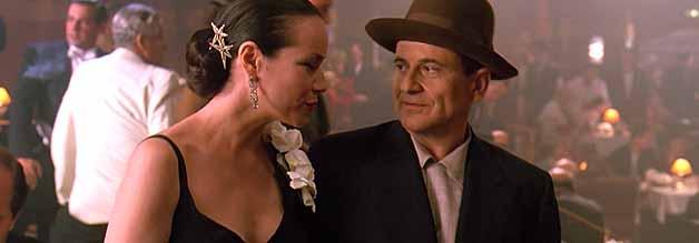Der Fotograf und die Femme fatale: Leon Bernstein macht Bekanntschaft mit der Nachtclubbesitzerin und Witze Kay Levitz (Barbara Herschey).