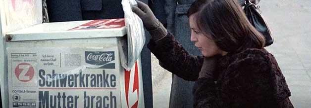 Schock aus der Zeitung: Katharina erfährt aus der Presse vom Tod ihrer Mutter.